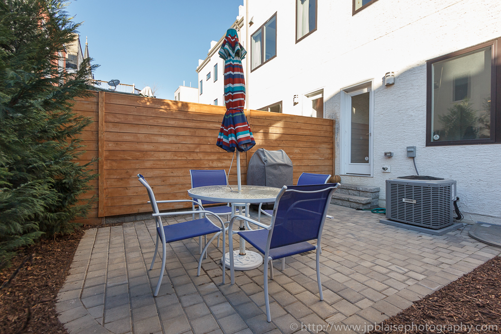 Real Estate photography session : backyard with table and chairs