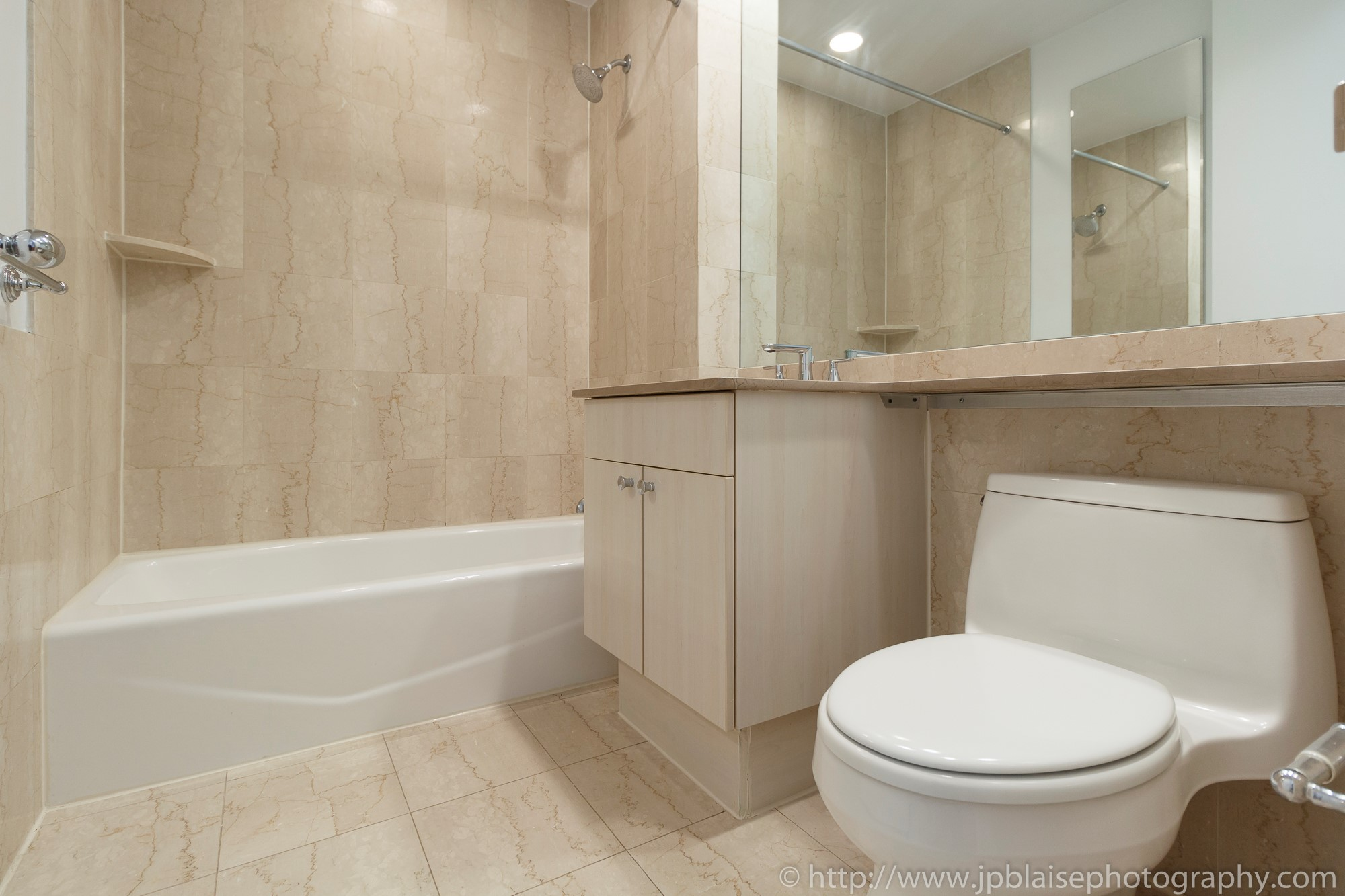 NY airbnb real estate interior apartment photographer upper east side manhattan ny new york bathroom
