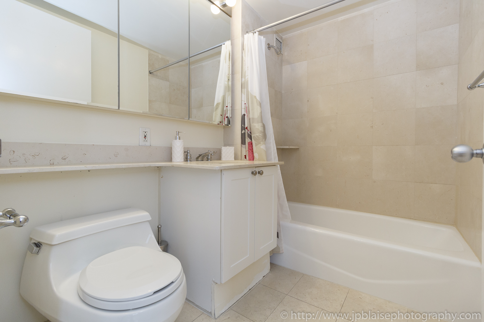 NY apartment photographer real estate airbnb interior midtown manhattan bathroom